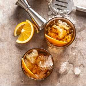 cocktail-old-fashioned-negroni-with-orange-on-the-bar-counter-picture-id1265472737