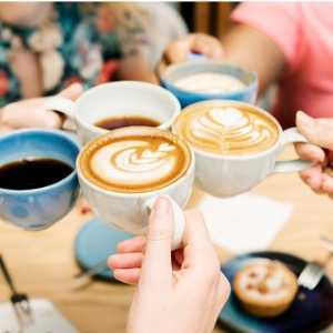 friends-having-coffee-together-picture-id887216480