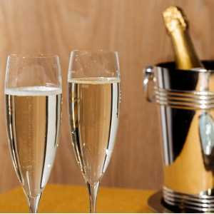 prosecco-flutes-seau-a-glace-and-a-bottle-picture-id1129377056