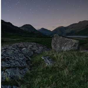 stars-at-night-at-wast-water-in-the-lake-district-picture-id485331004