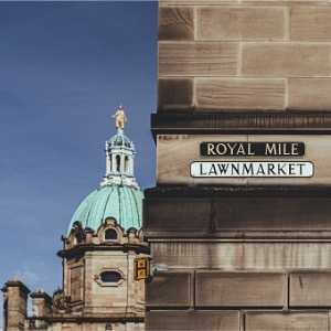 the-royal-mile-and-the-lawnmarket-street-name-signs-edinburgh-picture-id1211765395